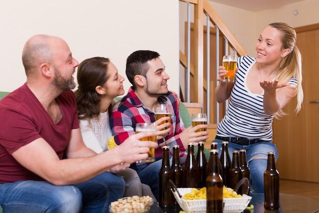 Amici che vanno in giro con la birra