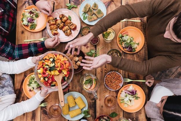 Amici a cena. vista dall'alto di quattro persone che cenano insieme