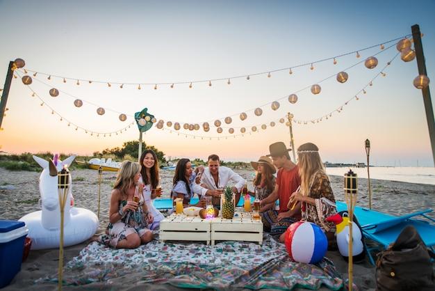 Amici che si divertono in spiaggia Foto Premium