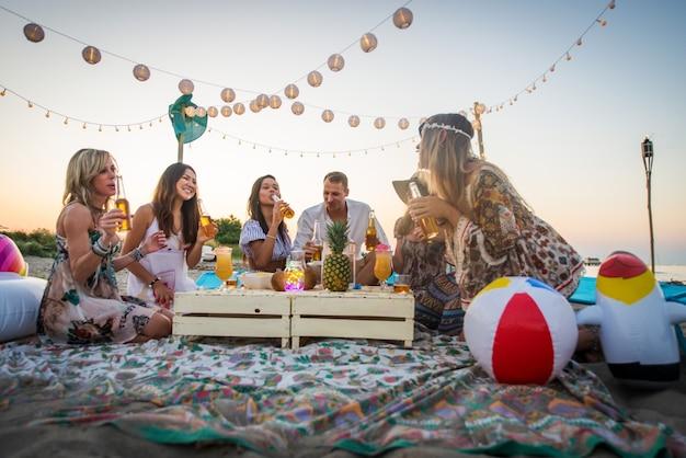 Amici che si divertono in spiaggia