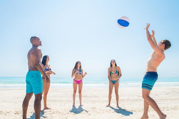 Amici che si divertono sulla spiaggia