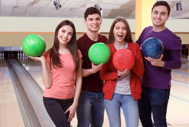 Amici che si divertono al bowling