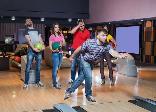 Amici che si divertono a bowling