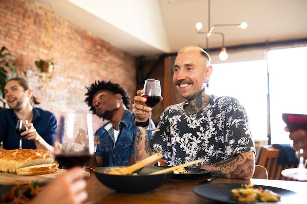 Amici che si divertono a una cena