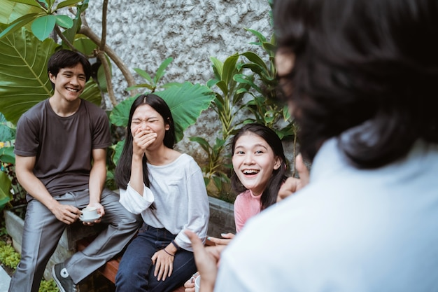 Amici che si divertono a godersi il tempo insieme in un caffè