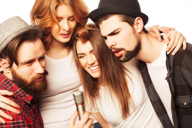 Amici che si divertono al karaoke