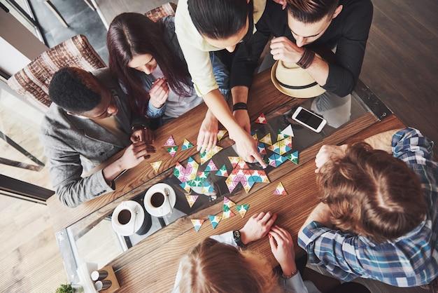 Amici che si divertono mentre giocano a gioco da tavolo