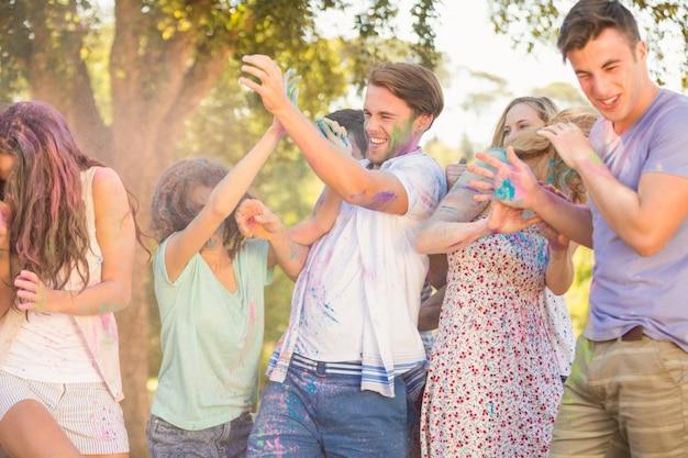 Gli amici si divertono con la vernice in polvere