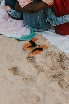 Amici che si abbracciano sulla spiaggia