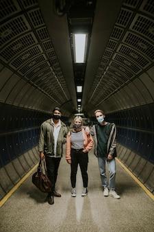 Amici all'interno di tunnel sotterranei