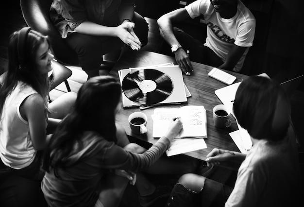 Amici che ascoltano musica