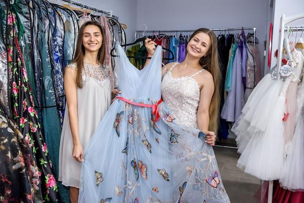 Amici che guardano un bel vestito in negozio
