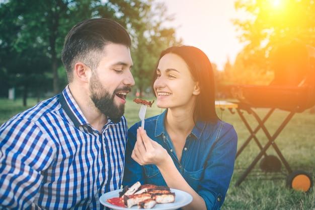 Amici che fanno barbecue e pranzano nella natura