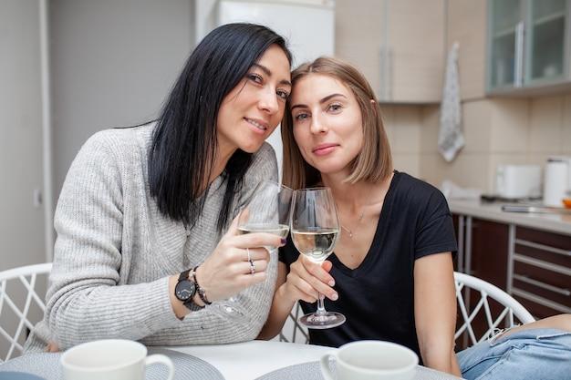 Amici che si incontrano con il vino