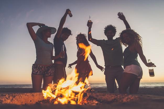 Amici in festa sulla spiaggia