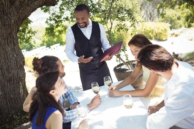 Amici che ordinano al cameriere