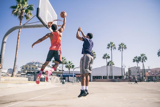 Amici a giocare a basket