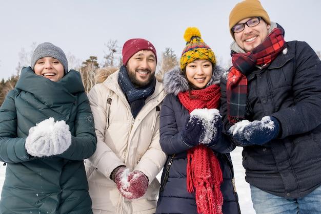 Amici che giocano con la neve