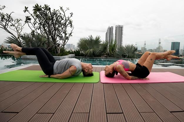 Amici che praticano yoga insieme