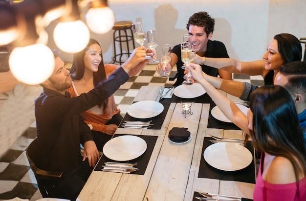 Amici in un ristorante godendo la cena