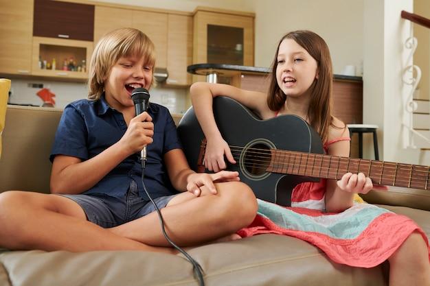 Amici che cantano una canzone