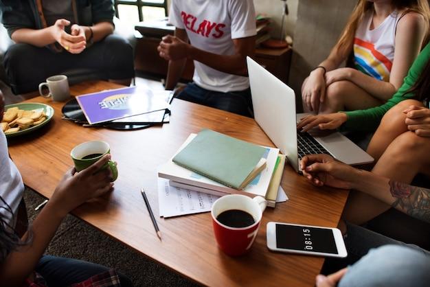Amici che studiano insieme