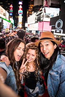 Amici che prendono selfie a times square