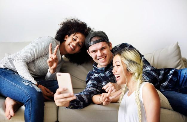 Amici che prendono un selfie insieme a casa