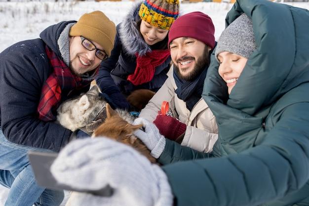 Amici che prendono selfie in inverno