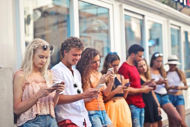 Amici che mandano sms allo stesso tempo