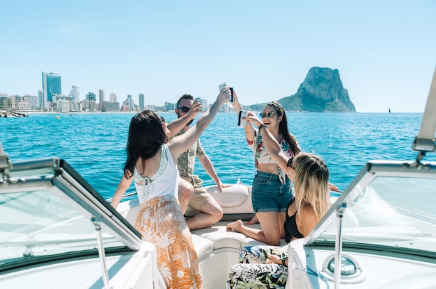 Amici che brindano alla festa in barca