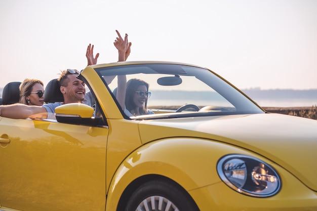 Gli amici viaggiano in cabriolet