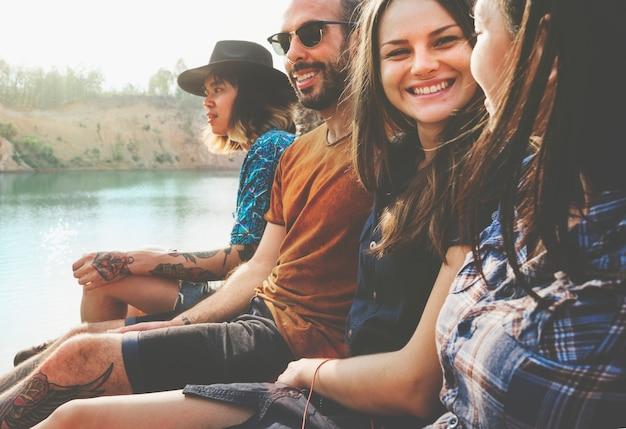 Concetto di avventura di festa di viaggio degli amici insieme