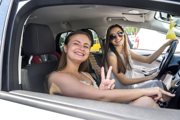 Amici che viaggiano in auto, vacanze e concetto di estate