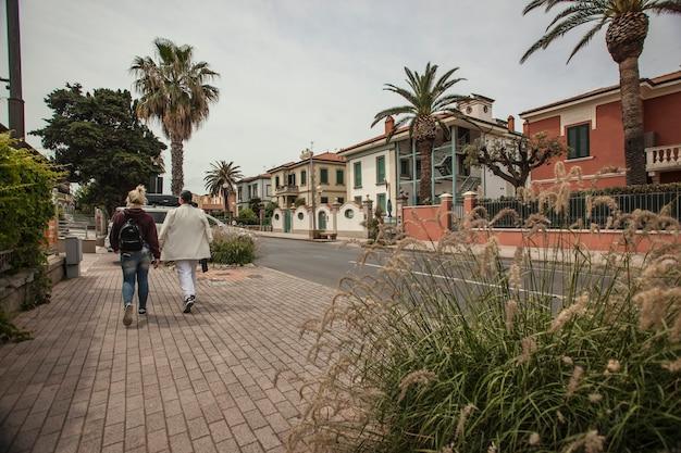 Gli amici camminano in un villaggio italiano, san lorenzo in toscana