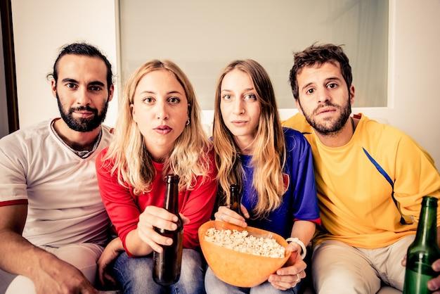 Amici che guardano la tv
