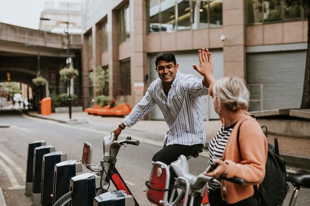 Amici che salutano in bicicletta
