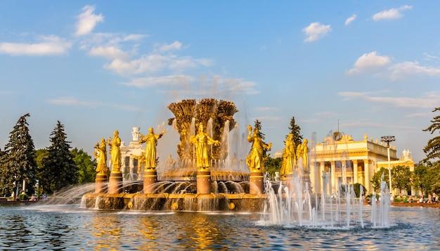 La fontana dell'amicizia delle nazioni presso il centro espositivo all-russia a mosca