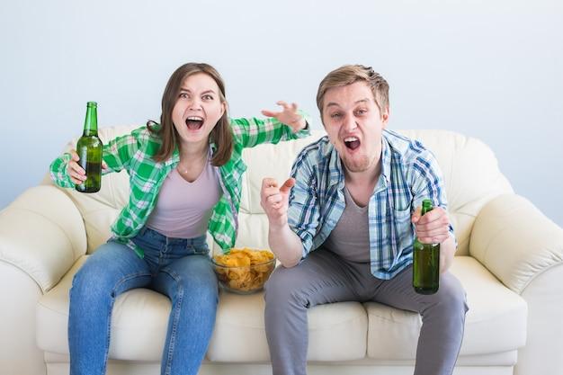 Amicizia, sport, intrattenimento e coppa del mondo di calcio: amici felici con patatine e birra