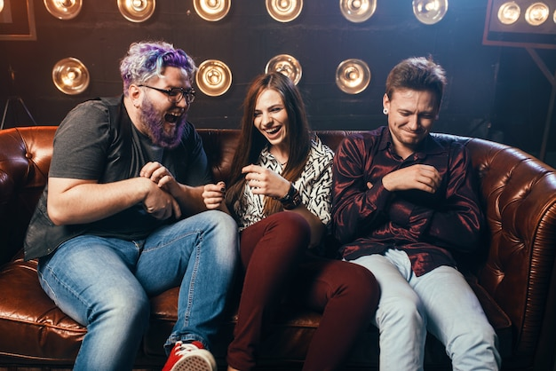 Amicizia, trio ha-ha sul divano, festa a casa