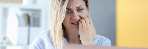 La donna spaventata esamina il monitor del laptop come smettere di preoccuparsi del concetto di scadenza