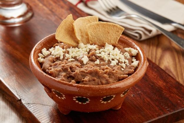 Frijoles bayos refritos comida tipica messicana