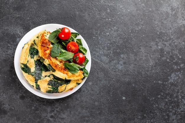 Frittata di uova, formaggio e insalata di spinaci