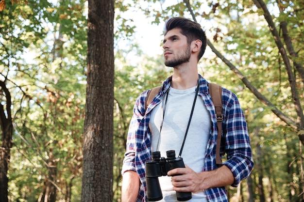 Dal basso dell'uomo nella foresta