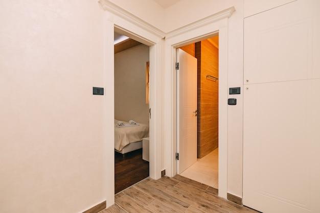 Porte d'ingresso in camera e in bagno Foto Premium