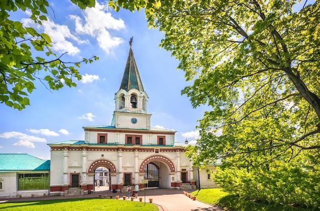 Cancello anteriore del parco kolomenskoye a mosca in una giornata di sole estivo