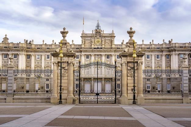 Cancello anteriore del palazzo reale di madrid, vista panoramica dell'edificio nella sua facciata principale. spagna.
