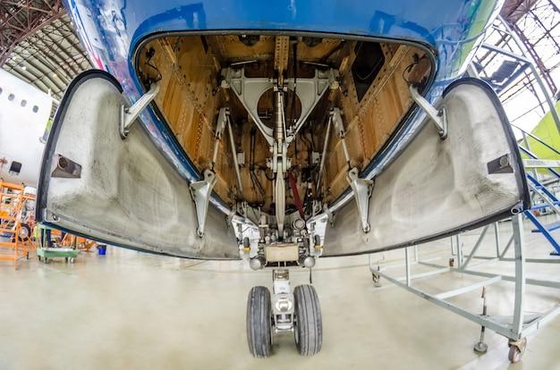 Vista del carrello di atterraggio anteriore dell'apertura dell'ala del telaio, dell'interno del meccanismo e di molte parti dell'aereo.