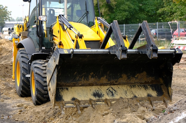 Caricatore frontale su una costruzione stradale sulla strada della città. Foto Premium