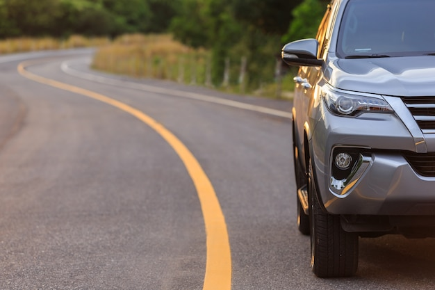Davanti al nuovo parcheggio di suv argento sulla strada asfaltata